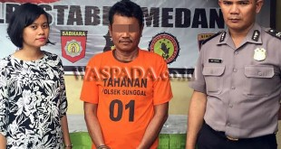 Petugas penyidik pembantu (kiri) mengintrogasi tersangka cabul dalam penjagaan personil SPKT Polsek Medan Sunggal.(WOL Photo/Gacok)