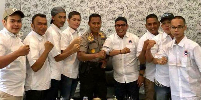 Waria dibuat kembali macho seusai ditangkap AKBP Untung Sangaji (Foto: Khalis Surry)