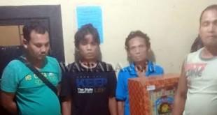 Empat tersangka judi jackpot bersama barang buktinya diamankan di Mako Polsek Medan Helvetia.(WOL Photo/Gacok)