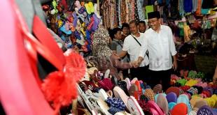 Calon Gubernur Sumatera Utara (Cagubsu), Djarot Saiful Hidayat menemui pedagang saat berkunjung ke Pasar Simpang Limun Medan, Jumat (2/3). Saat kunjungan Djarot mengungkapkan upaya agar pasar-pasar tradisional khususnya Kota Medan tertata dengan rapi dan nyaman dikunjungi. (WOL Photo/Ega Ibra)