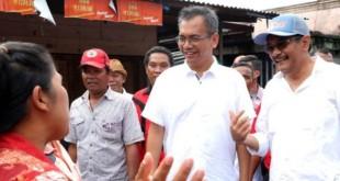 Pasangan Calon Gubernur dan Wakil Gubernur Sumatera Utara, Djarot Saiful Hidayat - Sihar Sitorus menyapa dan mendengarkan keluh kesah warga yang di Jalan Mawar, Sibolga, Kamis (29/3). (WOL Photo/Ist)