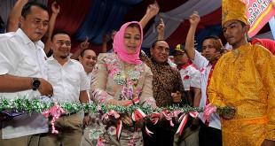 Cagubsu Edy Rahmayadi didampingi istri Hj Nawal Lubis, saat bersilaturahim bersama masyarakat Medan Deli, Minggu (18/3). (WOL Photo/Ist)
