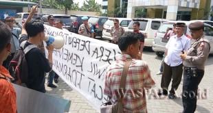 Massa tergabung dalam PP-GPDSU Indonesia unjuk rasa di Kantor Kemenag Kanwil Sumut Jalan Gatot Subroto, Kecamatan Medan Sunggal. (WOL. Photo/Gacok).