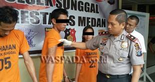 Kapolsek Medan Sunggal Kompol Wira Prayatna SH SIK MH, didampingi Kanit Reskrim Iptu Budiman Simanjuntak SE SH, sedang mengintrogasi tersangka perampokan. (WOL. Photo/Gacok)