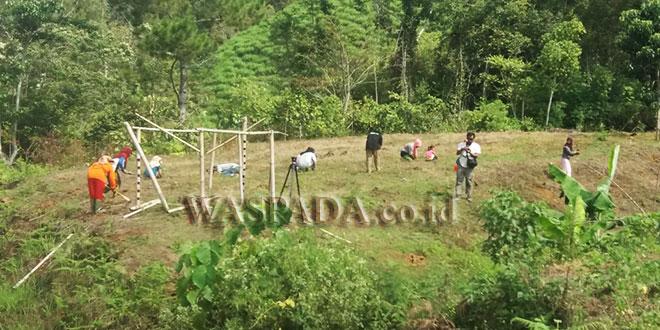 Masyarakat beserta Geucik Agusen Ramadhan saat menanami lahan yang masuk program demplot 15 hektar GDAD BNN yang dilaksanakan sejak Minggu (18/3) lalu, di Bur Kampung Agusen. (WOL Photo/Bustanuddin)
