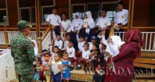 Dandim 0113 Gayo Lues Letkol Inf M. Faisal Nasution, beserta sejumlah prajurit TNI, saat tiba di Pedalaman Lesten, Selasa (27/3) dan membagikan sejumlah alat belajar kepada para murid. (WOL Photo/Bustanuddin)