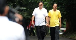 Presiden Joko Widodo (kanan) berjalan bersama Ketum Golkar Airlangga Hartarto di Kebun Raya Bogor (Biro Pers Setpres/Antara)