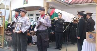 Proses pemakaman mantan Wakapolda Sumut Kombes Pol Agus Samad. Foto Okezone/Avirista Midaada