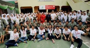 Director & CO-COO of PT Fast Retailing Indonesia (UNIQLO Indonesia), Taku Ozawa berfoto dengan para siswa usai menyampaikan workshop di SMA/SMK Taman Siswa, Medan, Kamis (1/3). UNIQLO berkomitmen untuk ikut serta mewujudkan pendidikan yang lebih maju melalui kegiatan Workshop Pengetahuan Industri Retail dan Dunia Kerja Retail bagi siswa SMA/SMK. (WOL Photo/Ega Ibra)