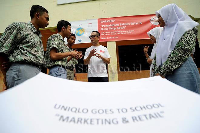 Director & CO-COO of PT Fast Retailing Indonesia (UNIQLO Indonesia), Taku Ozawa berbincang dengan sejumlah siswa usai menyampaikan workshop di SMA/SMK Taman Siswa, Medan, Kamis (1/3). UNIQLO berkomitmen untuk ikut serta mewujudkan pendidikan yang lebih maju melalui kegiatan Workshop Pengetahuan Industri Retail dan Dunia Kerja Retail bagi siswa SMA/SMK. (WOL Photo/Ega Ibra)