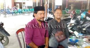 Ali Sadikin (pakai peci) usai konferensi pers dengan sejumlah wartawan, terkait pencalonannya sebagai Ketua KONI Kabupaten Gayo Lues, di Blangkejeren, Sabtu (31/3). (WOL Photo)