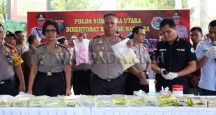 Kapolda Sumut, Irjen Pol Paulus Waterpauw, saat konfrensi pers penangkapan 27 ribu butir pil ekstasi, menyebutkan akan merazia tempat hiburan malam di Medan.(WOL Photo)