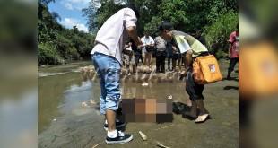 Petugas Polsek Medan Sunggal sedang periksa mayat wanita yang terapung di Sungai Belawan.(WOL Photo/Gacok)
