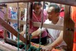 Calon Wakil Gubernur Sumatera Utara, Sihar Sitorus mencoba alat tenun tradisional dalam kunjungannya ke pabrik tenun romauli, Siantar, Rabu (21/3). (WOL Photo/Ist)
