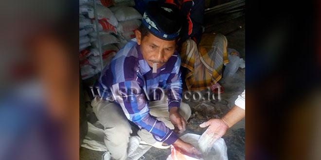 Masyarakat dan unsur Desa Gunyak, Kecamatan Blangkejeren, saat menunjukkan beras busuk yang tidak layak konsumsi yang dibagikan oleh Bulog Sub Divre Kutacane, Gudang Gayo Lues, Rabu (11/4). (WOL Photo)