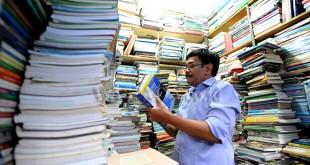 Calon Gubernur Sumatera Utara nomor urut 2, Djarot Saiful Hidayat memilih buku bekas saat berkunjung ke lokasi penjualan buku bekas di kawasan Lapangan Merdeka Medan, Kamis (5/4). Dalam kunjungannya Djarot juga mendengar keluhan dan aspirasi para pedagang buku bekas di kawasan tersebut. (WOL Photo/Ega Ibra)