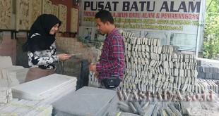 Salah seorang pekerja menunjukkan jenis-jenis batu alam produksi Indah Traso, Sabtu (7/4)