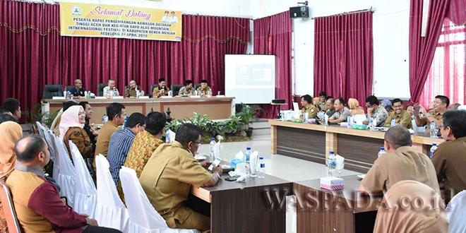 Wakil Gubernur Aceh Ir.H.Nova Iriansyah dengan sejumlah Kepala Daerah empat Kabupaten wilayah Tengah, saat memimpin rapat Finalisasi jelang pelaksanaan Gayo Alas Mountain Festival, Selasa (24/4) di Bener Meriah. (WOL Photo/Bustanuddin)