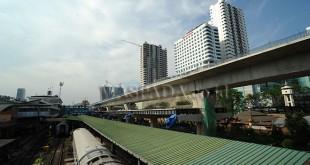 Proyek pembangunan rel layang kereta api di Stasiun Kereta Api Medan, Kamis (12/4). Pembangunan rel layang kereta api Medan-Bandara Kualanamu, Medan-Binjai, dan Medan-Belawan yang ditargetkan selesai akhir 2018 tersebut untuk mendukung kelancaran transportasi sekaligus menekan kemacetan. (WOL Photo/Ega Ibra)