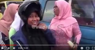 Screenshot-2018-4-21-(1)-Kompol-Trila-Bergaya-Ala-Kartini-Bagikan-Helm-dan-Roti-Bagi-Pengendara-Motor-#waspadaonline---YouT[..