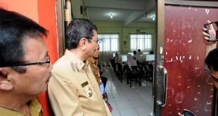 Gubernur Sumatera Utara, Tengku Erry Nuradi (kedua kiri) meninjau pelaksanaan hari pertama Ujian Nasional Berbasis Komputer (UNBK) 2018 untuk tingkat SMA, di SMA Negeri 1 Medan, Senin (9/4). UNBK tingkat SMA diikuti oleh 2.382 sekolah dengan jumlah siswa 231.443 se-Sumatera Utara. (WOL Photo/Ega Ibra)
