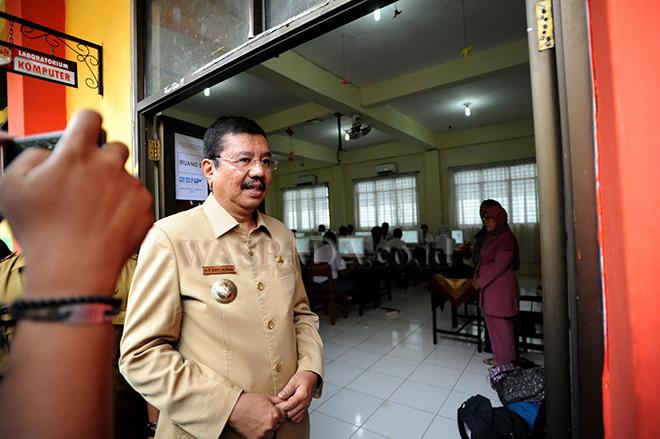 Gubernur Sumatera Utara, Tengku Erry Nuradi meninjau pelaksanaan hari pertama Ujian Nasional Berbasis Komputer (UNBK) 2018 untuk tingkat SMA, di SMA Negeri 1 Medan, Senin (9/4). UNBK tingkat SMA diikuti oleh 2.382 sekolah dengan jumlah siswa 231.443 se-Sumatera Utara. (WOL Photo/Ega Ibra)