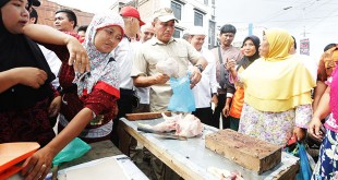 Calon Gubernur Sumut Edy Rahmayadi melakoni pekerjaan pedagang ayam di Pajak Sigambal Labuhan Batu, Rabu (11/4). (WOL Photo/Ist)
