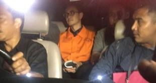 Zumi Zola saat resmi ditahan KPK (Foto: Harits/Okezone)