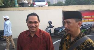 Abu Janda (berpeci) bersama rekannya saat melaporkan Rocky Gerung. (Foto: Badriyanto/Okezone)