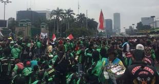 Pengemudi ojek online di depan Gedung DPR/MPR, Jakarta (Harits/Okezone)