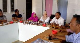 Utusan DPD Partai Gerindra Provinsi Aceh, Annara Desky, saat berikan penjelasan tentang berpolitik cerdas Partai Gerindra, yaitu kolaborasi antara politik dan bisnis entrepreneur, Kamis (5/4) di sekretariat Blangkejeren. (WOL Photo/Bustanuddin)