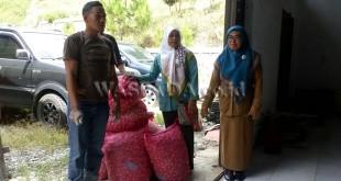 Salah satu Kelompok Tani (Poktan) Gayo Lues, saat menerima bibit bawang putih varietas Lumbu Hijau, yang diberikan oleh Dinas Pertanian dan Perkebunan Provinsi Aceh, Selasa (3/4), di Gudang Distan Perkebunan, Gayo Lues. (WOL Photo/Bustanuddin)