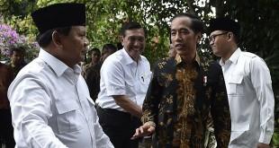 Prabowo Subianto (kiri) bersama Presiden Joko Widodo (Antara)