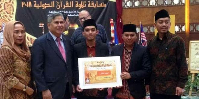 Duta Besar Republik Indonesia untuk Mesir Helmi Fauzi dan Atase Pendidikan RI Usman Syihab, bersama Lauhin Mahfudz saat menerima Sertifikat Penghargaan yang diberikan Pemerintah Mesir atas prestasi MTQ Internasional di Kairo, Rabu (4/4). (Ist)