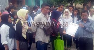GM PT Paruh Cakrawala Membentang, Syawal SH sedang melihat surat berkas lamaran yang disaksikan puluhan mantan karyawan CS putus kontrak PT JM.(WOL Photo/Gacok)