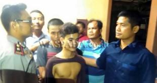 Tampak Kompol Fahrizal menggunakan baju biru (kanan), saat menjabat Kasat Reskrim Polresta Medan, mengintrogasi tersangka setahun lalu.