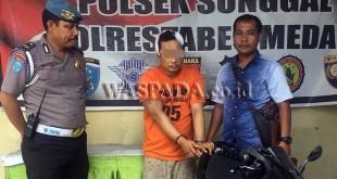 Petugas Provost Polsek Medan Sunggal mengintrogasi tersangka yang diapit petugas reskrim. (WOL Photo/Gacok)