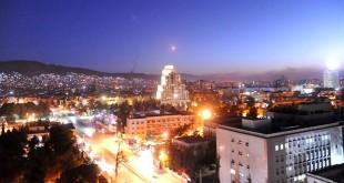 Salah satu rudal terlihat terbang melintasi wilayah udara Damaskus (Foto: Reuters)