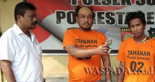 Penyidik Pembantu Reskrim Polsek Medan Sunggal introgasi tersangka spesialis kejahatan sasaran penumpang bus.(WOL. Photo/Gacok).