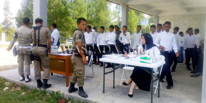 Sebanyak 82 personil calon Satpol PP Gayo Lues, saat mengikuti tes urin, di Markas Satpol PP Blangsere, Gayo Lues, Kamis (19/4) kemarin. (WOL Photo/Bustanuddin)