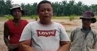 Jefri Barus saat diwawancarai media, Jumat (13/4), di atas lahan yang pernah menjadi lokasi bagi-bagi sertifikat oleh Jokowi.