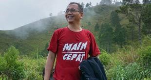 Calon wakil gubernur Sumatera Utara, Sihar Sitorus saat melakukan pendakian ke Gunung Pusuk Buhit, belum lama ini. (Ist)