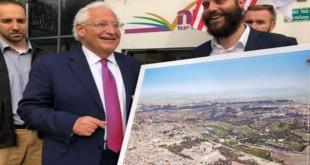 """Duta Besar Amerika Serikat dengan gambar """"Kuil Ketiga"""" yang ingin dibangung Yahudi Israel di lokasi Masjid Al Aqsa, Yerusalem. (Foto: Twitter)"""