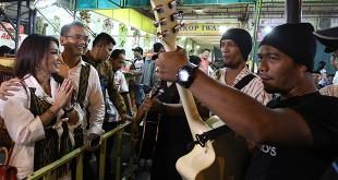 Calon wakil gubernur Sumatera Utara, Sihar Sitorus didampingi istrinya Patricia Siahaan bernyanyi bersama pengamen saat menyambangi tempat tongkrongan anak muda di Warkop    Iwan, Jalan H.Misbah, Medan, akhir pekan lalu. (WOL Photo/Ist)