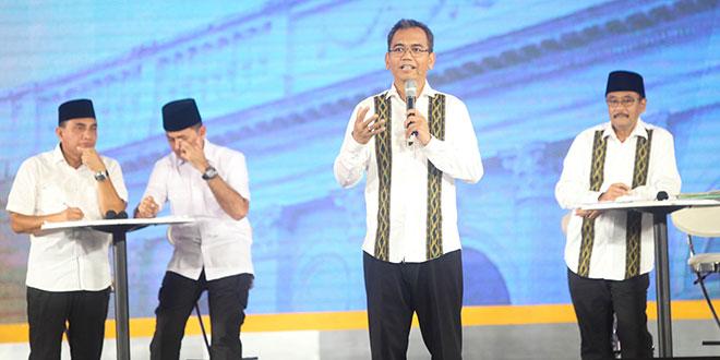 Calon wakil gubernur Sumatera Utara nomor urut dua, Sihar Sitorus memberikan penjelasan saat acara debat publik kedua yang digelar KPU Sumut di Hotel Adi Mulya, Sabtu malam (12/5) lalu. (WOL Photo/Ist)