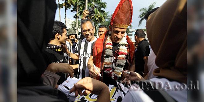 Pemain bola asal Italia, Alessandro Del Piero didampingi Presiden Klub Pro Duta FC Sihar Sitorus membubuhkan tanda tangan sebelum acara coaching clinic di pelataran parkir Plaza Medan Fair, Kamis (17/5). (WOL Photo)