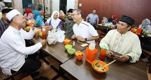 Calon Wakil Gubernur Sumut, Sihar Sitorus makan dan berfoto bersama pengunjung  di warung H Mahmud S di Medan, Minggu (20/5). (WOL Photo/Ist)