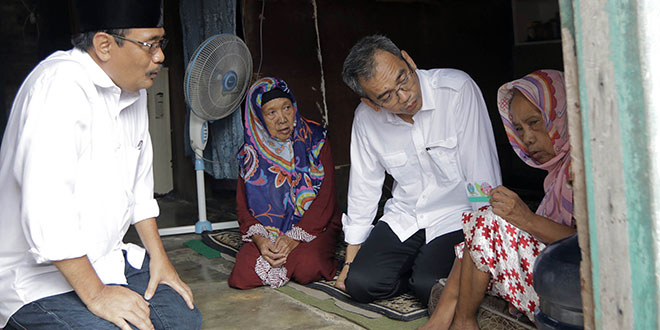 Pasangan calon gubernur dan wakil gubernur Sumatera Utara, Djarot Saiful Hidayat -Sihar Sitorus mengunjungi kediaman Sarinah dan Juminem. Kakak beradik yang sudah tua dan sakit-sakitan ini juga tidak mempunyai KTP di Kelurahan Kwala Bekala, Medan Johor, Rabu (23/5/18).
