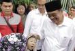 Pasangan calon gubernur dan wakil gubernur Sumatera Utara, Djarot Saiful Hidayat -Sihar Sitorus berbincang dengan Ani Tarigan, ibu dari Khairsyah Firzi, seorang anak penderita kelainan otak di Kelurahan Kwala Bekala, Medan Johor, Rabu (23/5). (WOL Photo/Ist)