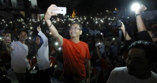 Calon wakil gubernur Sumatera Utara, Sihar Sitorus bersama para fans Real Madrid dan Liverpool FC saat menyaksikan Final Champions League 2018, di Medan, Minggu dini hari (27/5). WOL Photo/ist